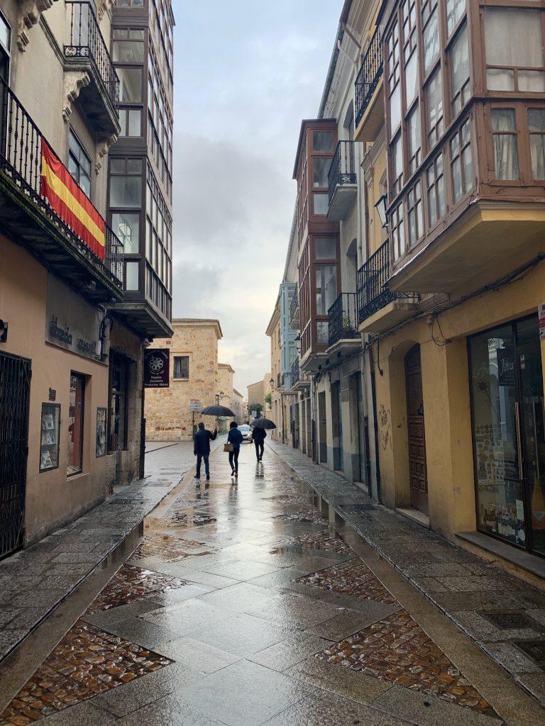 Figures in the rain - Zamora